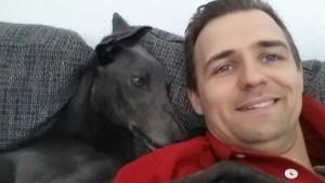 Jayden -wartet auf seiner Pflegestelle entspannt auf seine neue Familie